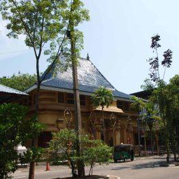 Gangaramayan Buddhatemppeli sijaitsee Biera-järven rannalla.