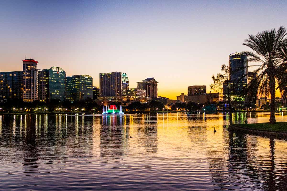 Eola-järvi sijaitsee Orlandon sydämessä.