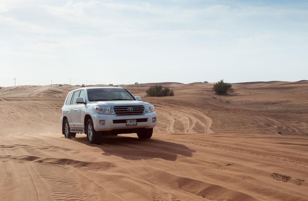 Aavikkosafarille lähteä autolla tai kamelilla.