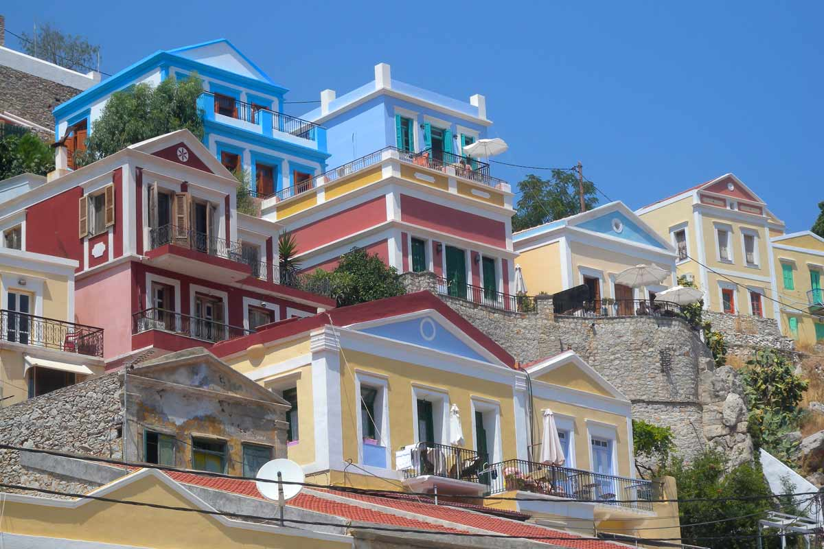 Symin satama-alue Gialos on tunnettu värikkäistä taloistaan.