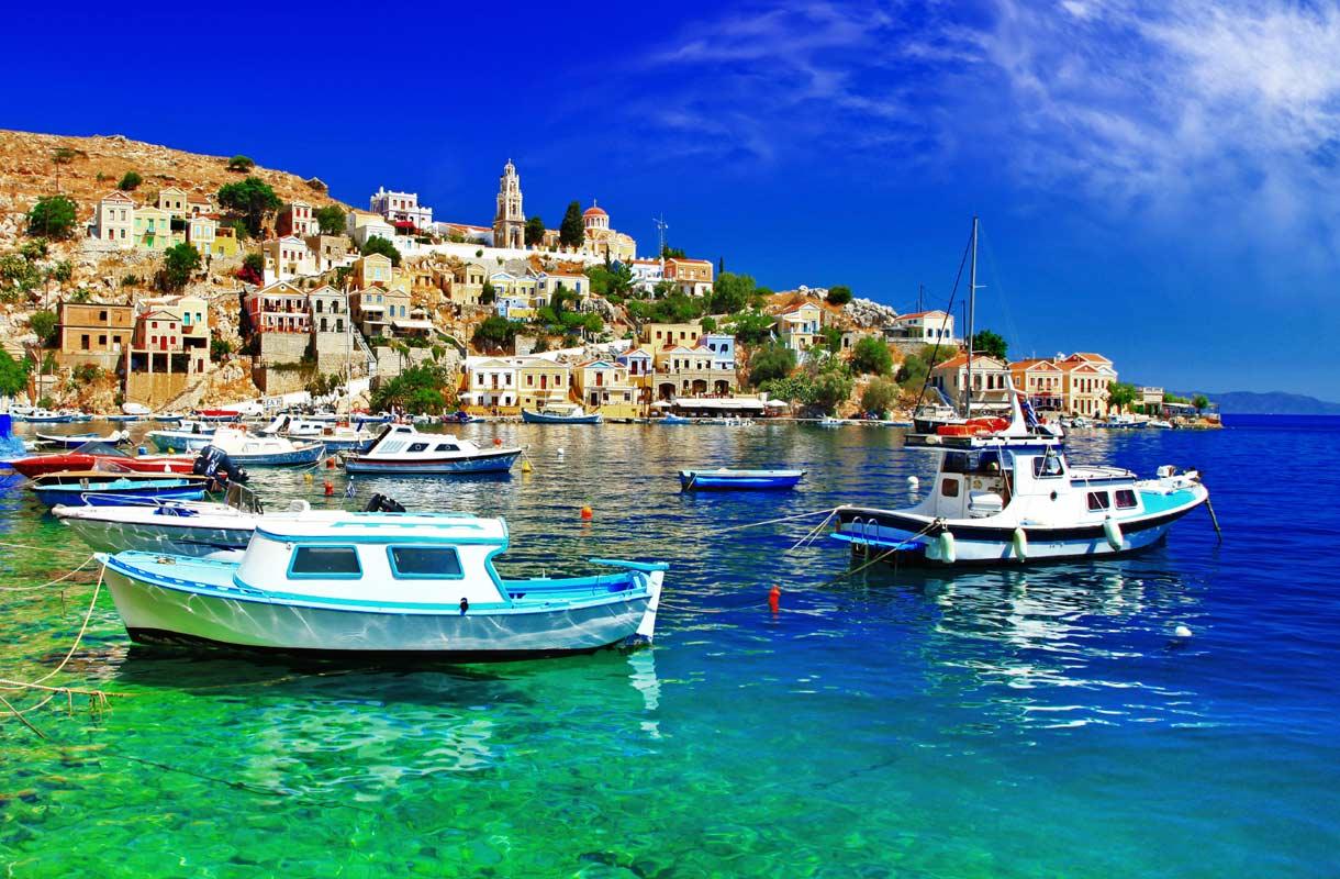 Symin satama-alue Gialos on kokemisen arvoinen.