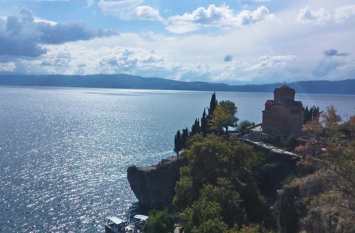 Pyhän Sofian kirkko Ohridjärven rannalla.