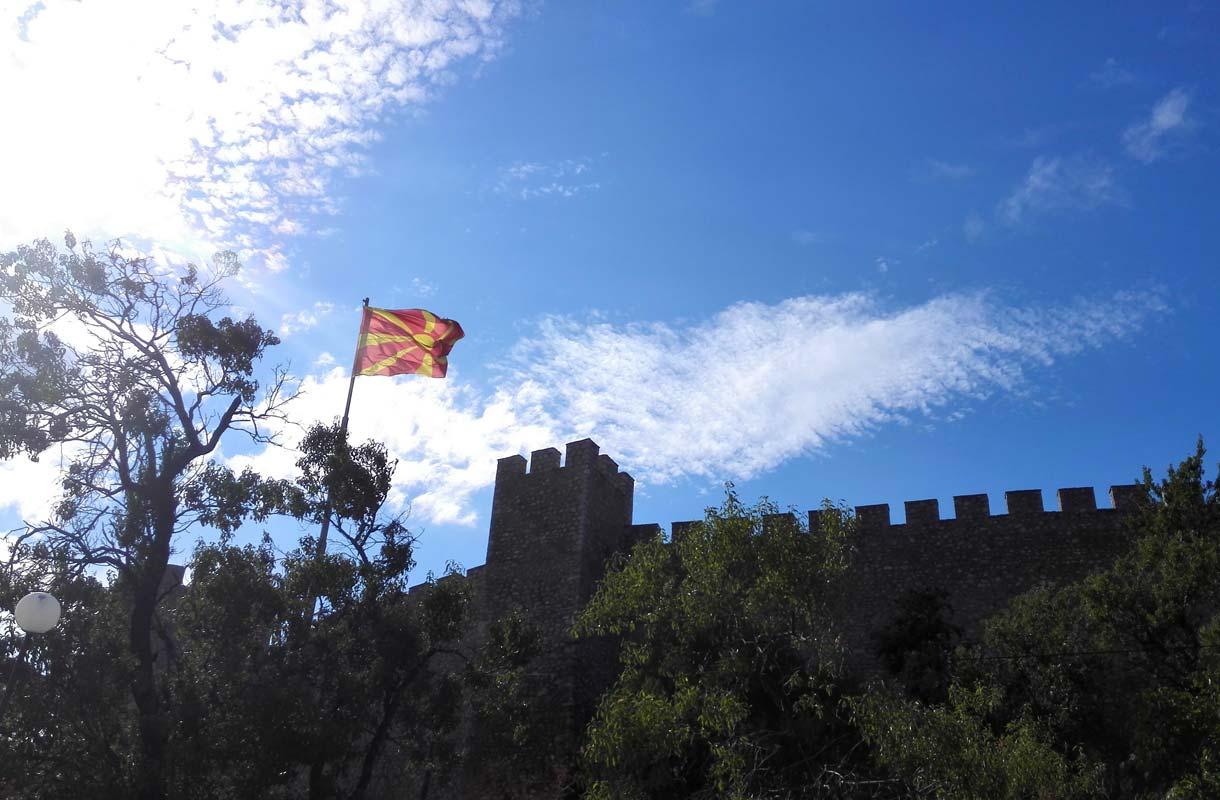 Makedoniassa voi myös bongailla maan lippuja.