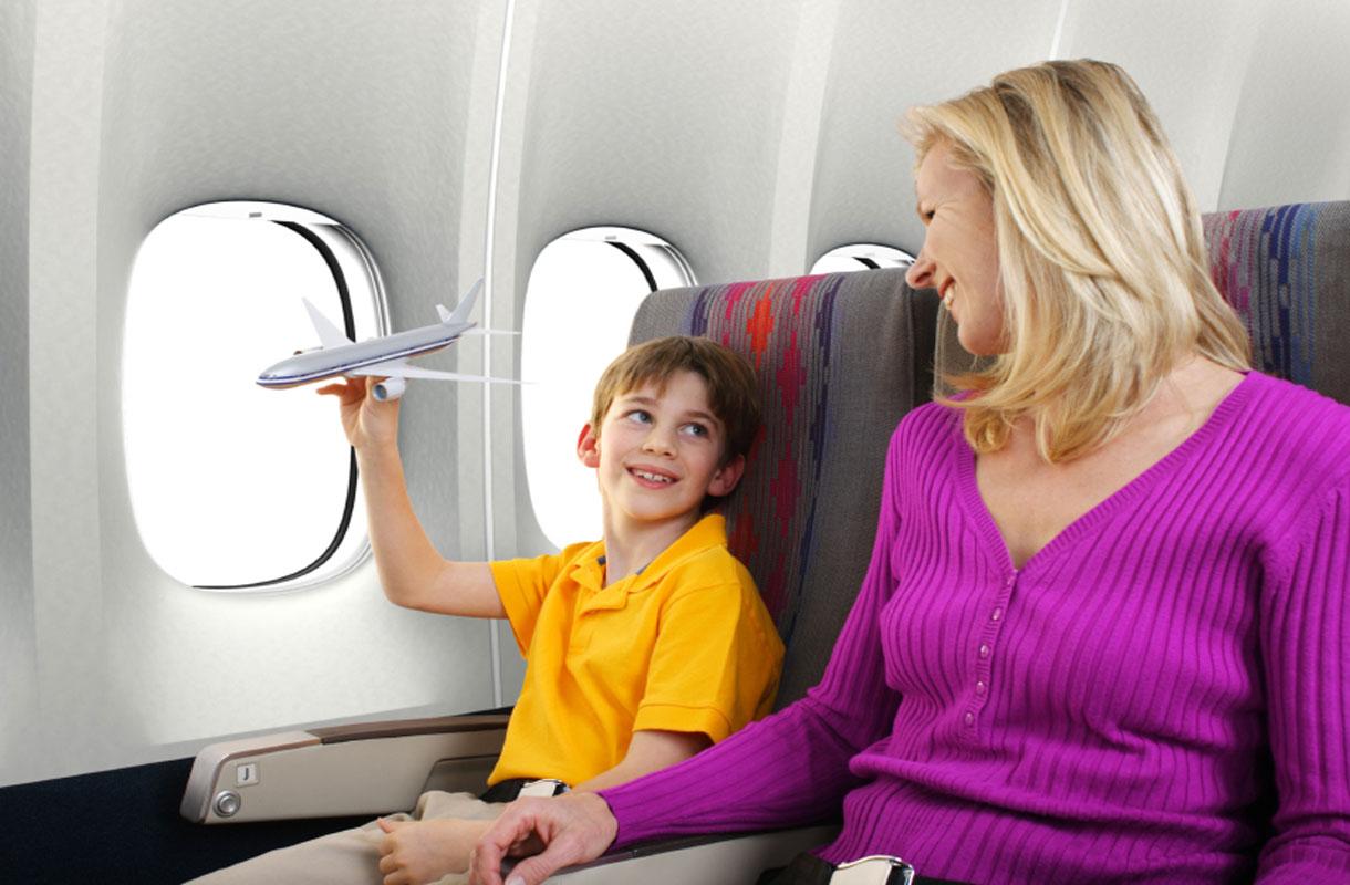 Äiti ja lapsi lentokoneessa
