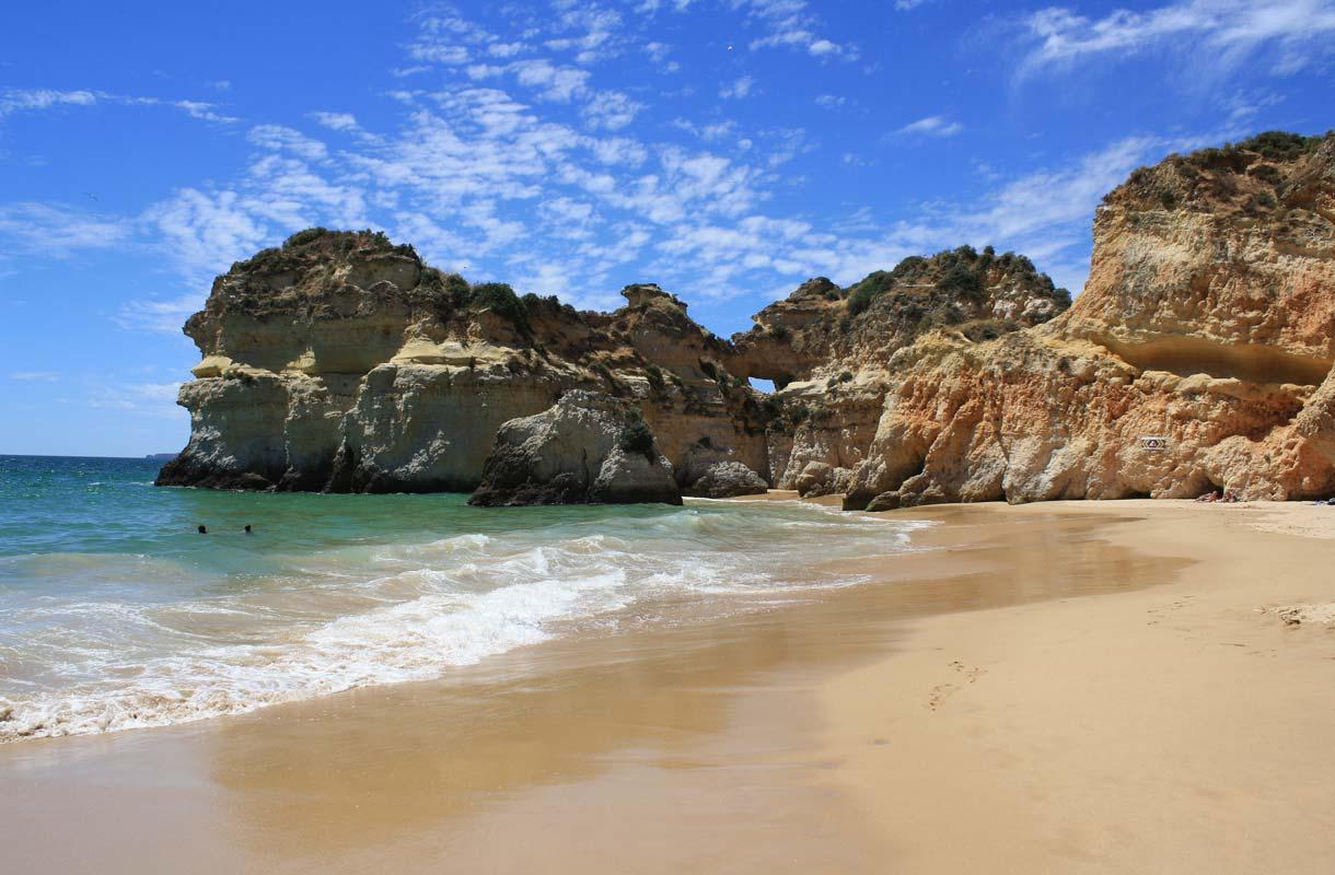 Praia do Rocha on Portugalin tunnetuimpia rantoja.