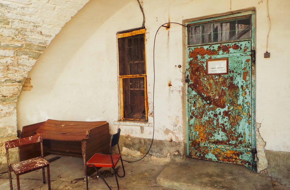 Hylätty vankila on hyinen miljöö.