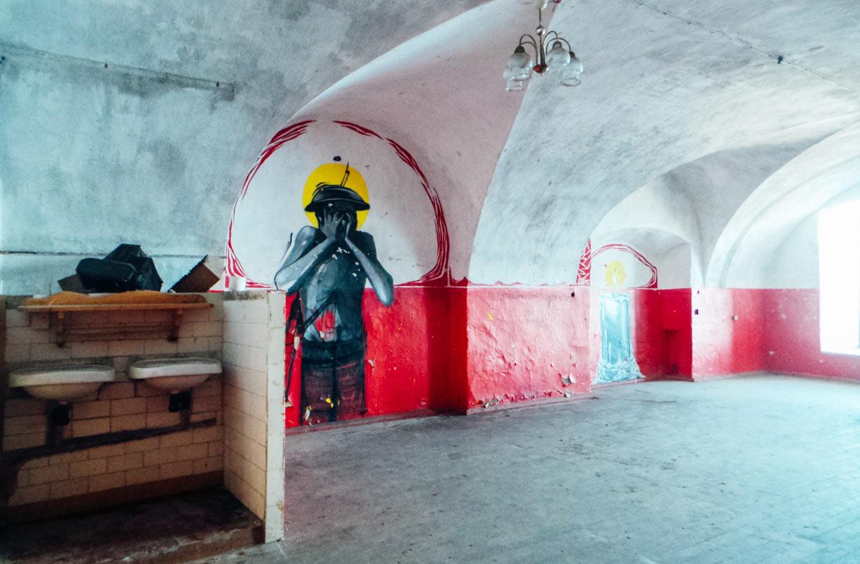 Patarein hylätystä vankilasta löytyy yhä huonekaluja ja esineitä.