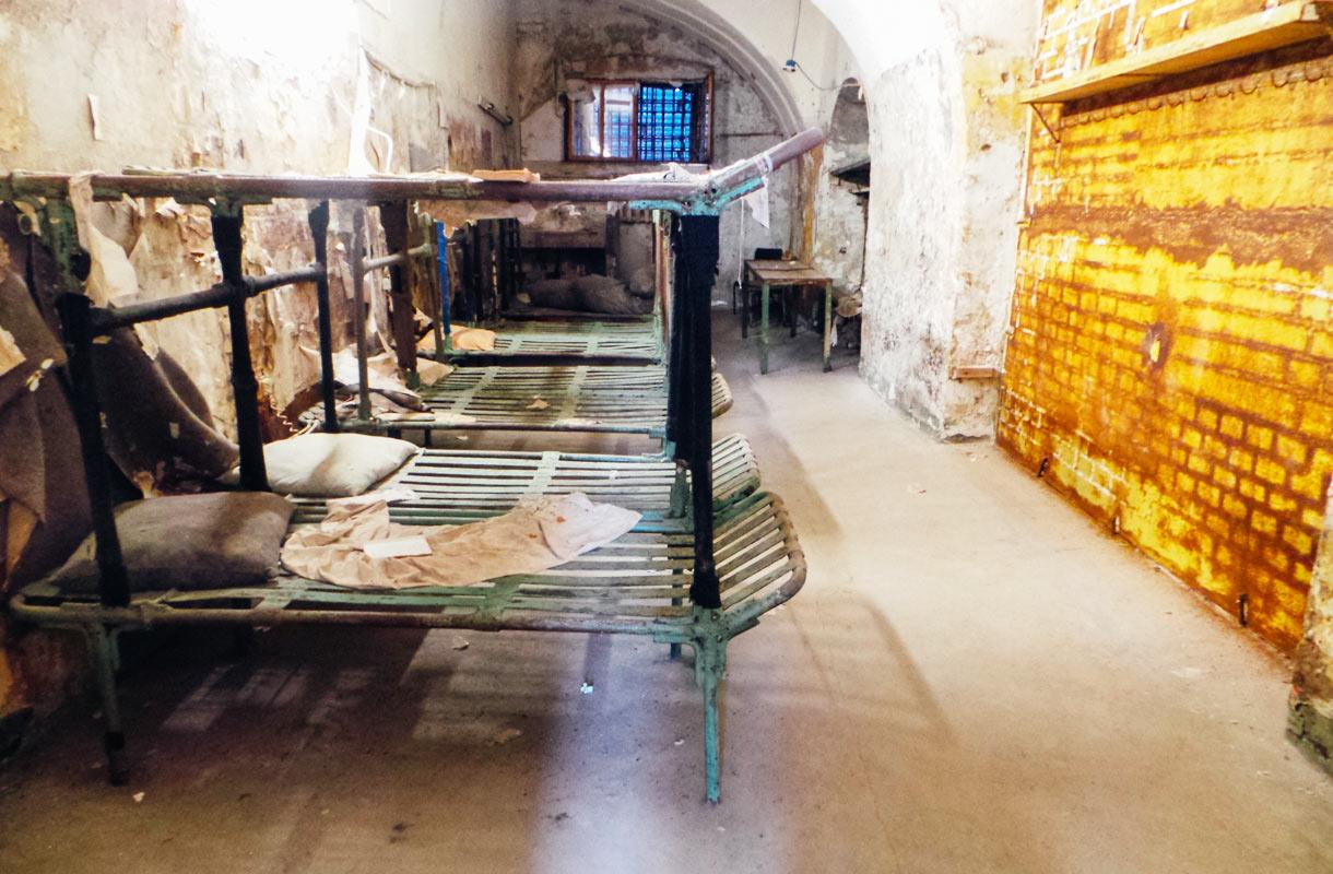 Patarein hylätyssä vankilassa on yhä huonekaluja.
