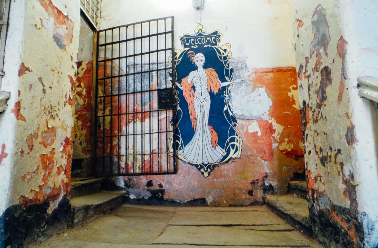 Patarein vankilan seinät ovat täynnä graffiteja.