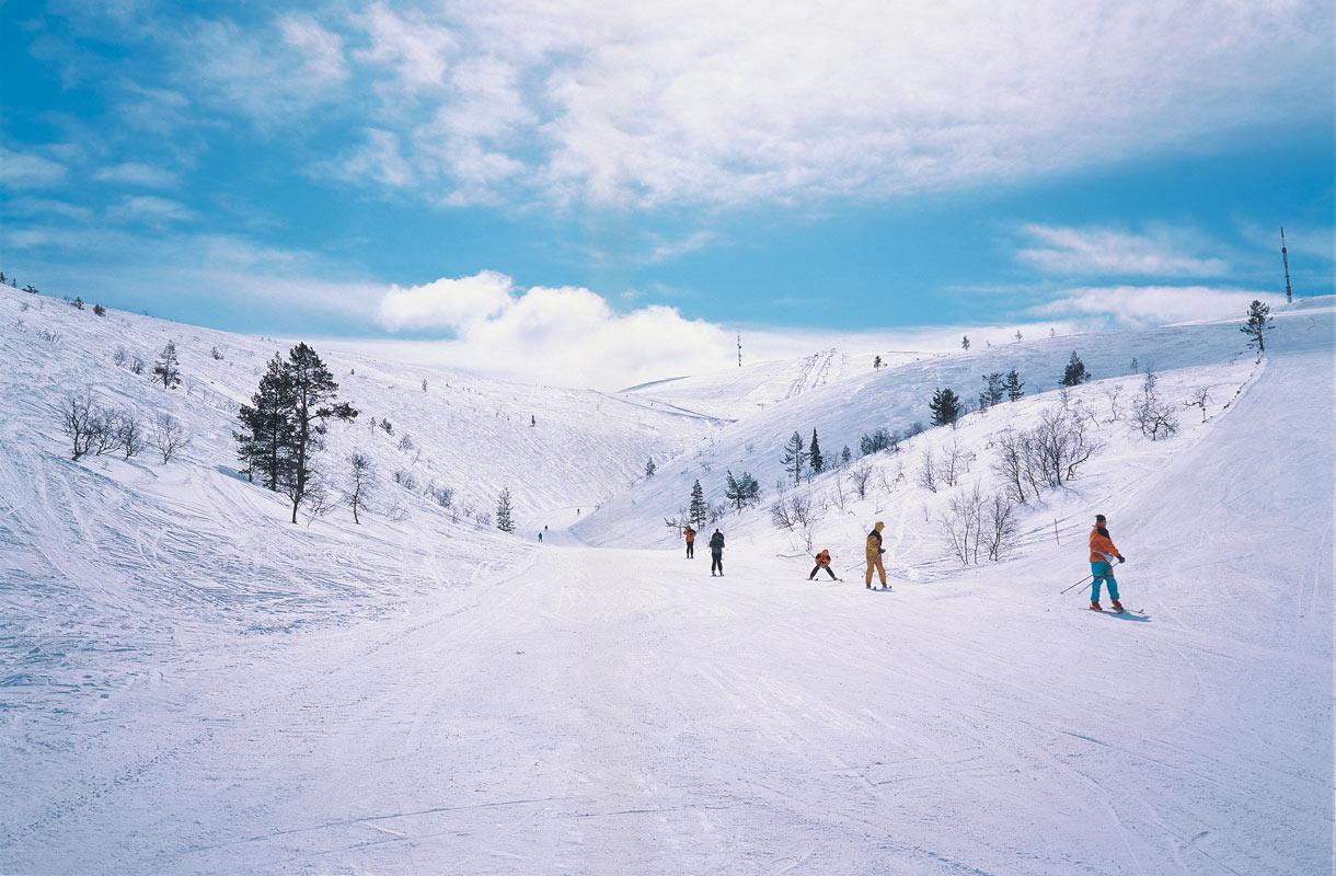 Suomen hiihtokausi alkaa - katso mitkä keskukset ovat auki