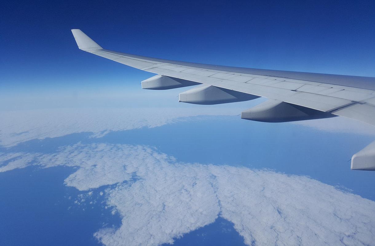 Tietty istuinpaikka lentokoneessa on merkitty mustalla kolmiolla