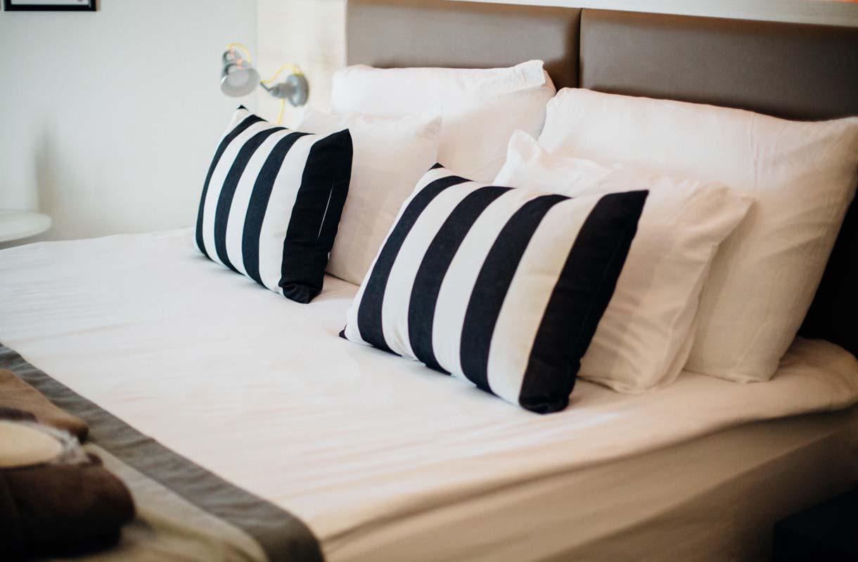Miksi hotellilakanat ovat aina valkoisia?