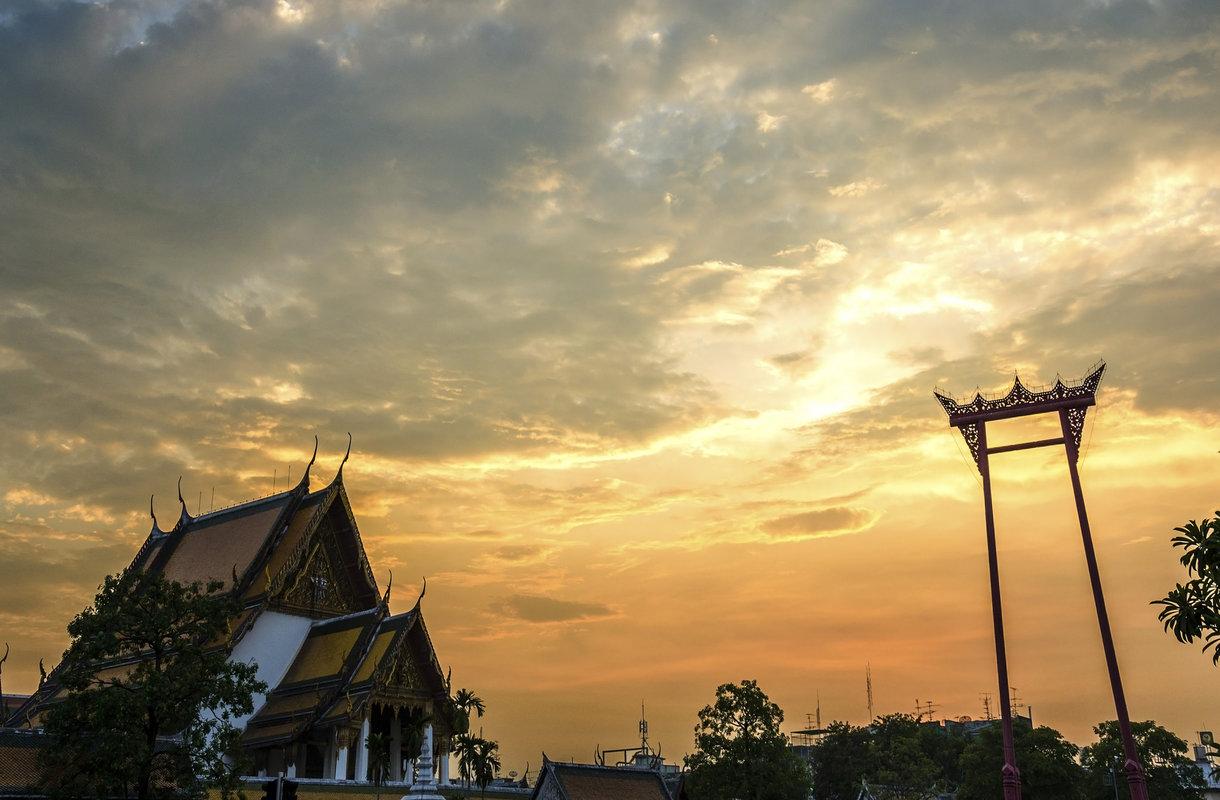 Punainen Giant Swing on yksi Bangkokin maamerkeistä