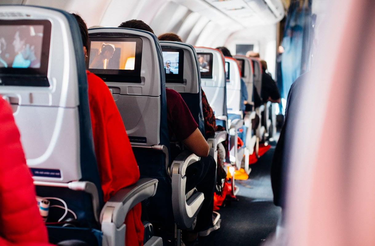 Voiko lentokoneessa siirtyä tyhjälle paikalle omin luvin?