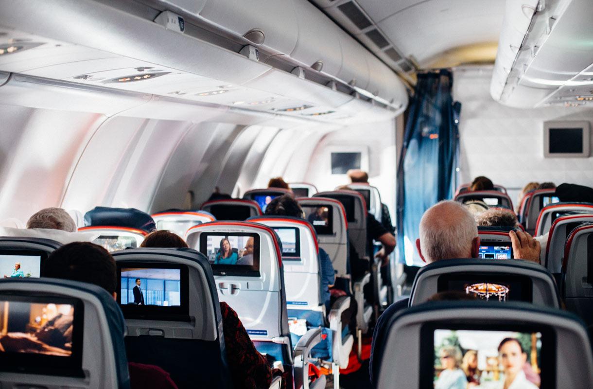 Miksi lentokoneen istuimet eivät osoita selkä menosuuntaan, vaikka se olisi turvallisempaa?