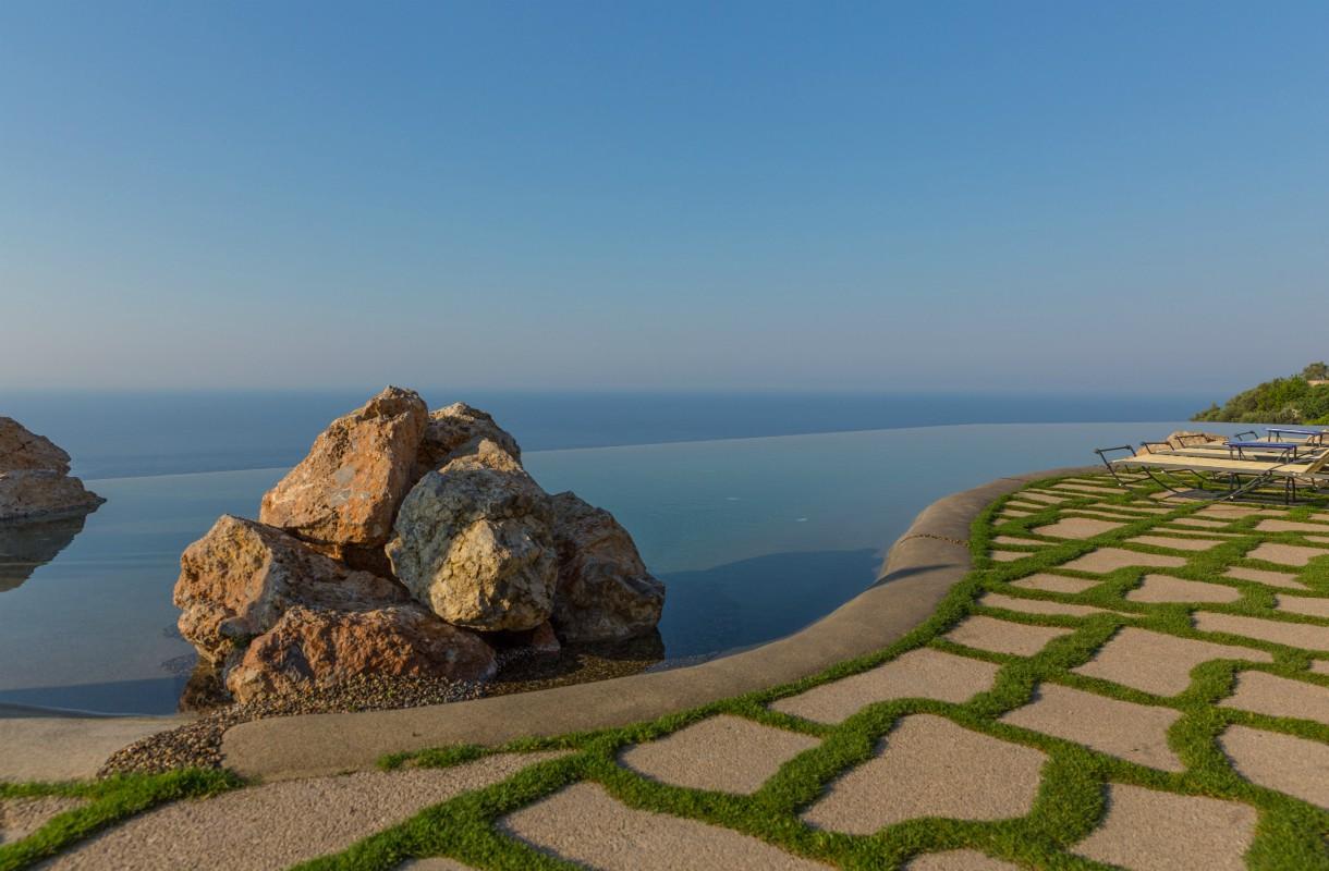 Infinity pool Amalfin rannikolla