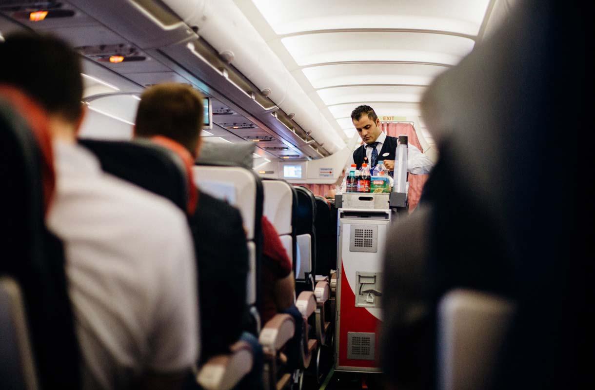 Miksi lennoilla tarjoillaan ilmaista alkoholia?