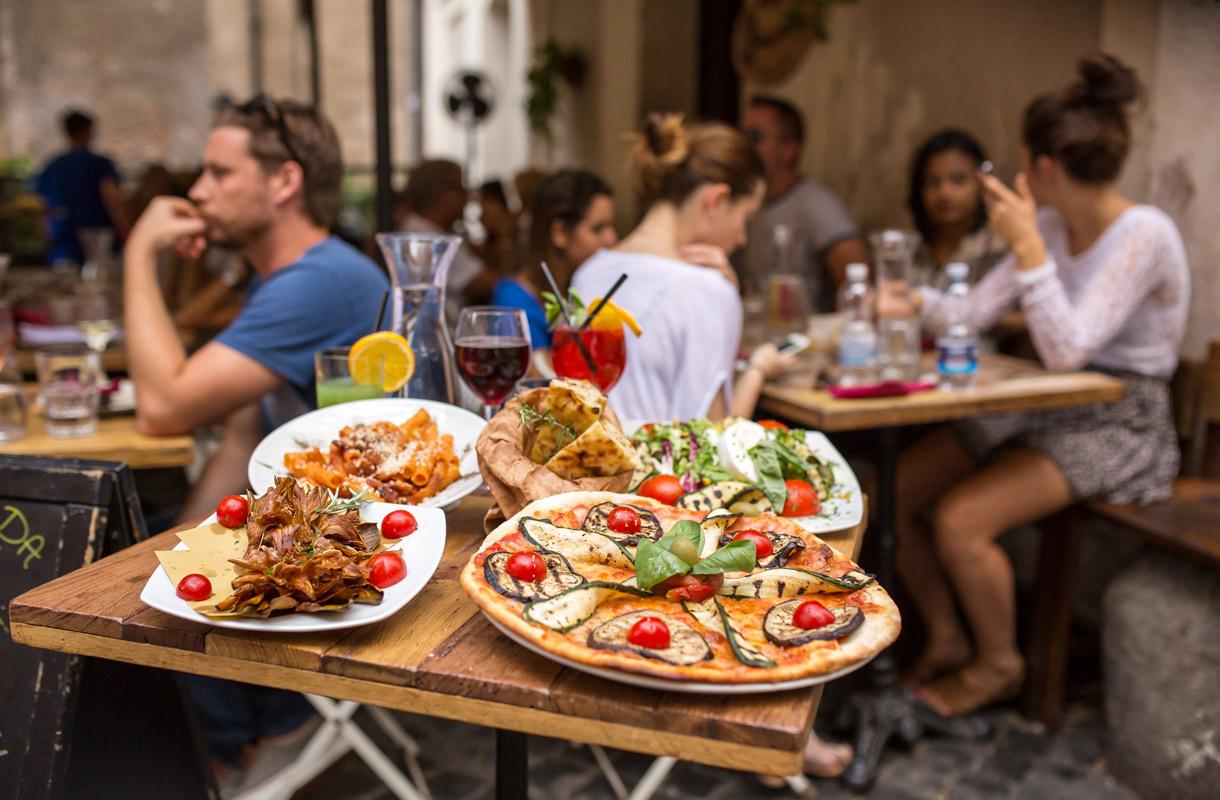 Moni tilaa ravintolassa listan toiseksi halvinta viiniä
