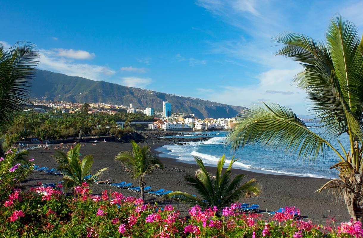 Tummahiekkainen ranta Puerto de la Cruzissa