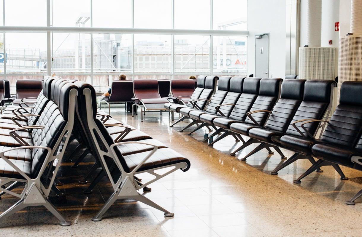 Voiko lentokentällä yöpyä?