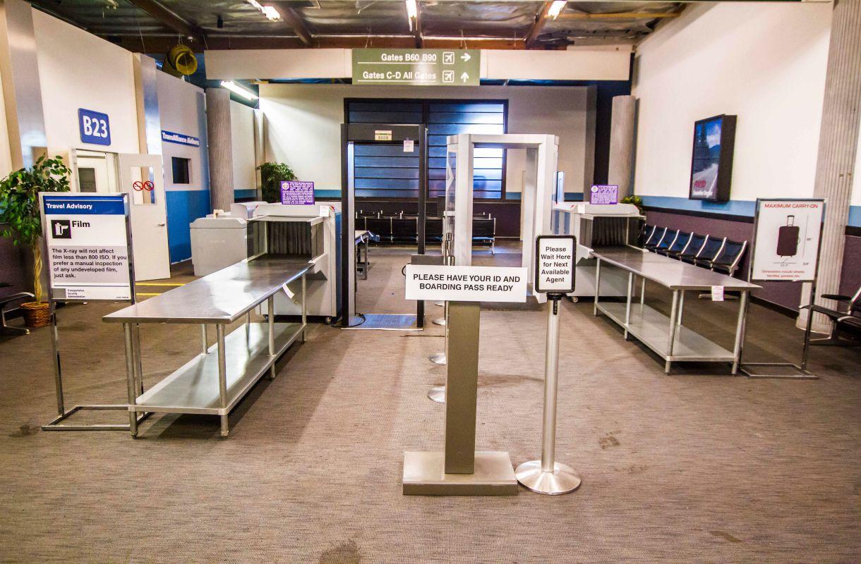 Lentokentän turvatarkastuksen lavasteet