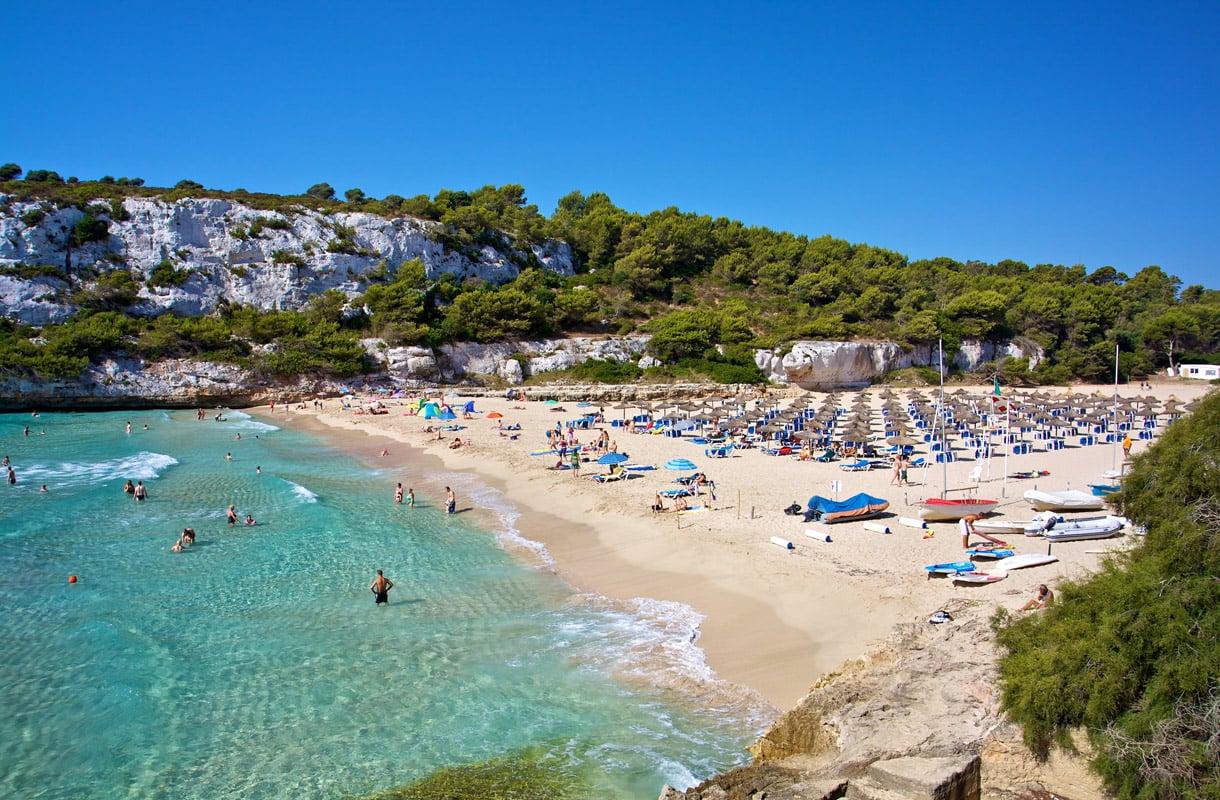 Älä liiku uima-asussa kaupungilla Espanjassa