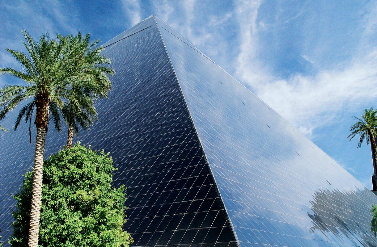 Luxor-hotellin huipulta nousee voimakas valo Vegasissa
