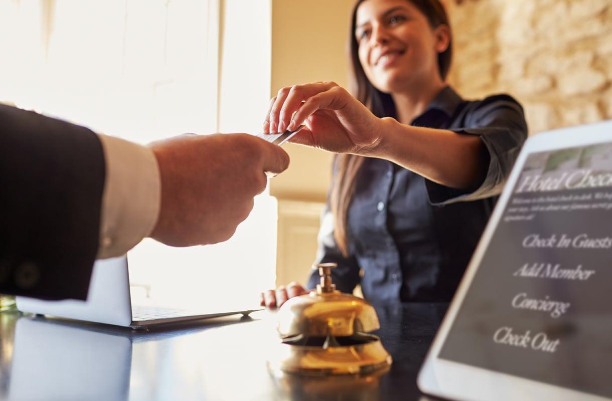 Miten hotelliin saapuessa tai sieltä lähdettäessä voi mokata?