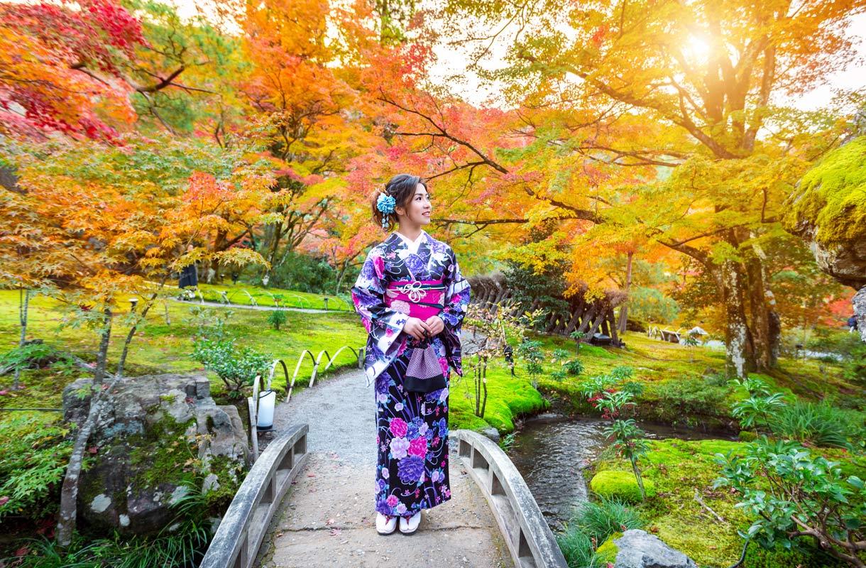 Nainen kimonossa