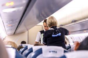 Saako lentokoneen käytävillä oleskella?