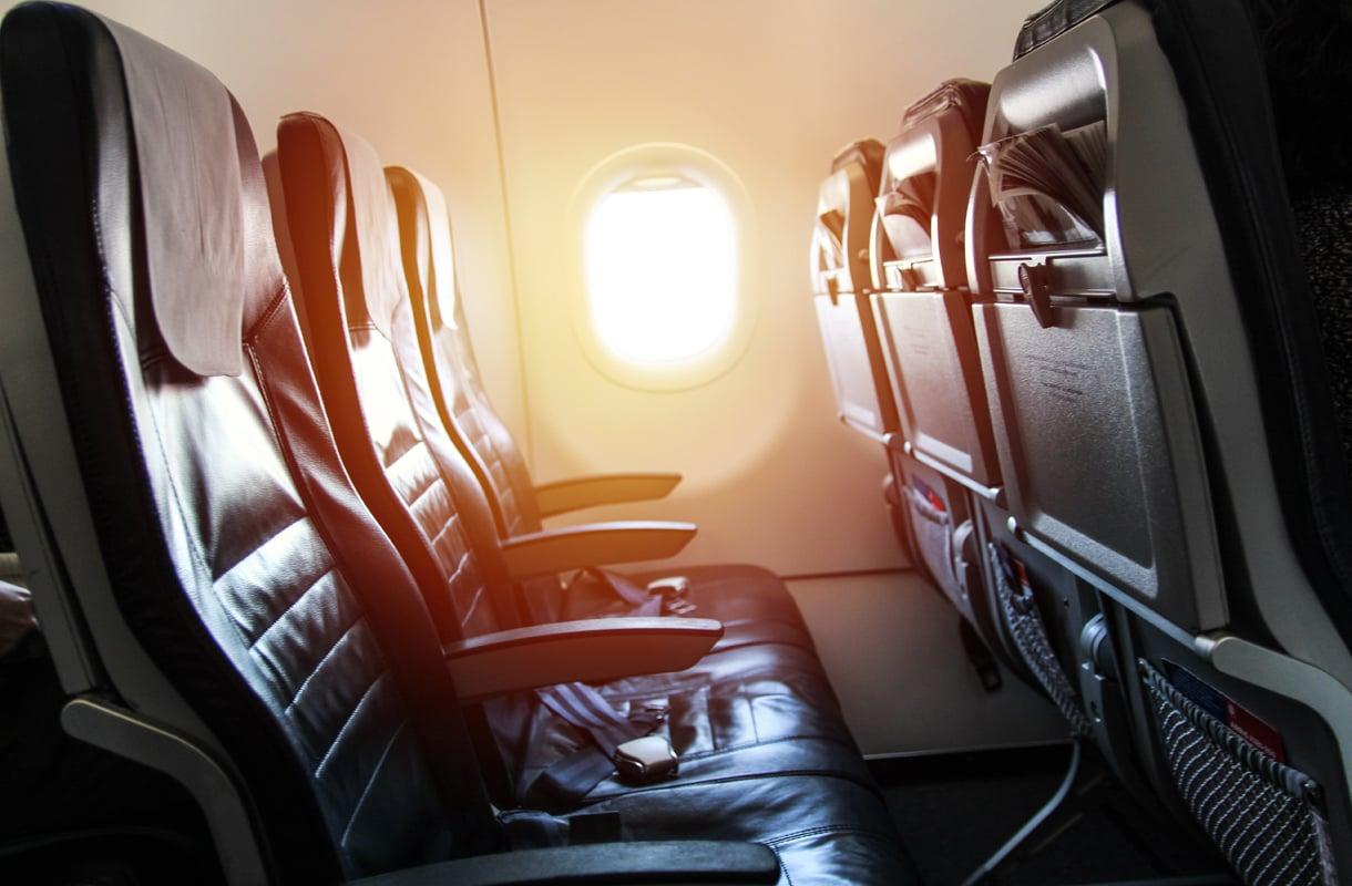 Kenelle lentokoneen käsinojat kuuluvat?