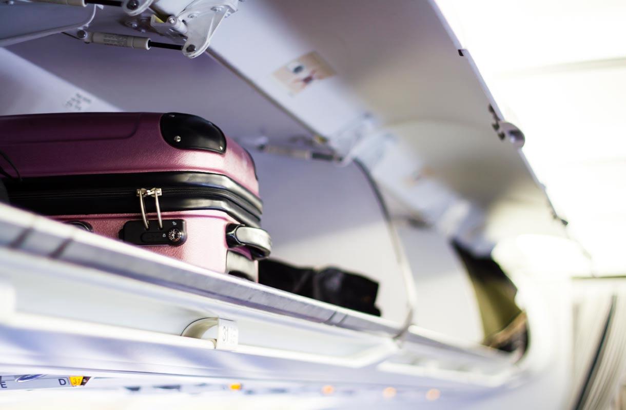 Matkustamohenkilökunta ei nosta laukkuja lentokoneessa