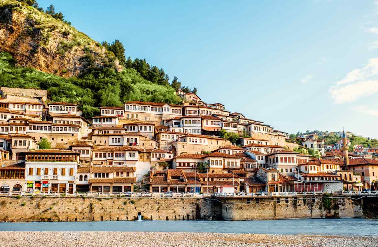 Tuhansien ikkunoiden kaupunki Albaniassa