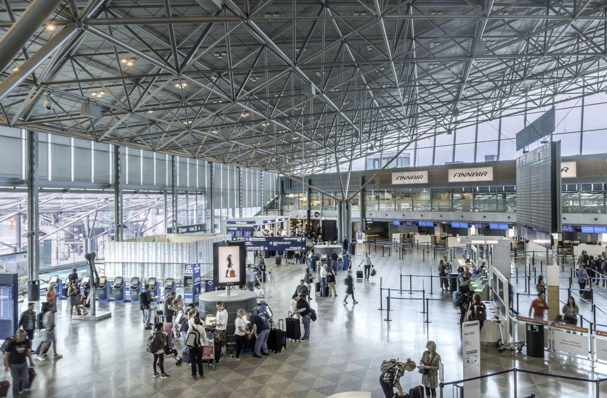 Auton pysäköinti Helsinki-Vantaan lentokentälle